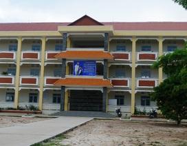Trường sắp sập nhưng không được sửa, trường mới xây xong… chờ đập bỏ