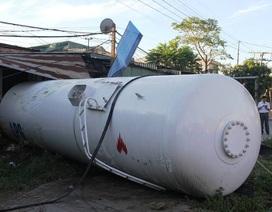 Xe bồn chở gas bị tàu hất văng, 4 người bị thương
