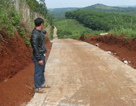 """Đắk Nông: Nhà thầu thi công """"nắn"""" đường nông thôn chạy vào đất của mình?"""