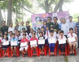 Món quà nghĩa tình từ đất Tổ đến với học sinh nghèo Quảng Trị