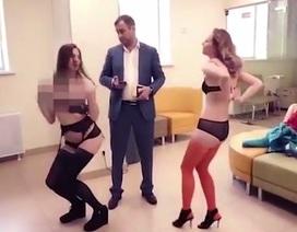 Thuê vũ công thoát y đến nhảy múa tại ngân hàng để phản đối chất lượng dịch vụ