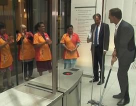 Thủ tướng Hà Lan làm đổ cà phê và cách hành xử khiến ai cũng nể phục