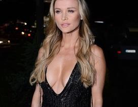 Người mẫu Playboy mặc bốc lửa ra phố