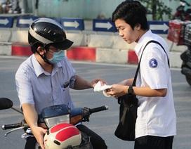 Hà Nội: Phụ huynh trao khăn, nắm tay dặn dò con trước giờ thi lớp 10