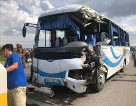 Xe đi tham quan tông liên tiếp 2 xe tải, 10 người nhập viện cấp cứu