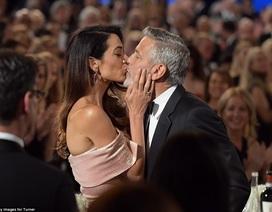Vợ chồng George Clooney hôn nhau say đắm