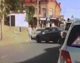 Chồng lái ô tô đâm thẳng vào vợ vì đòi ly hôn