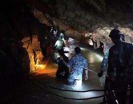 Đội cứu hộ tin sắp tiếp cận được đội bóng Thái Lan mắc kẹt trong hang