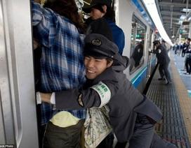"""Nghề """"nhồi khách"""" lên tàu điện ngầm ở Nhật"""