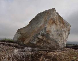 """Di dời tảng đá """"khủng"""" khỏi đường ray tàu hỏa"""