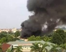 Hà Nội: Nhà xưởng bốc cháy dữ dội, nhiều người chạy thoát thân