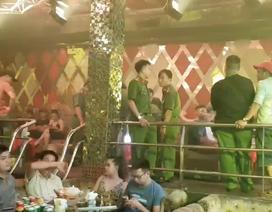 """Cảnh sát """"đột kích"""" quán bar, dân chơi ném ma túy phi tang"""