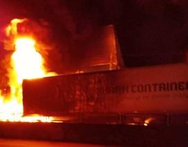 Sau tiếng nổ lớn, xe container bốc cháy dữ dội
