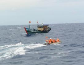 Ngư dân bị nhồi máu não ngoài khơi được đưa về bờ cấp cứu kịp thời