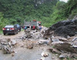 Đất đá sạt lở gây chia cắt quốc lộ 7