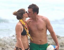 Gisele Bundchen hạnh phúc hôn chồng trên biển