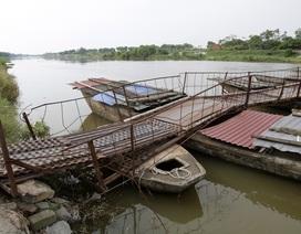 Cầu phao già cỗi rệu rã trong mùa mưa bão