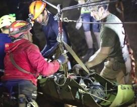 Giây phút sinh tử của thợ lặn giải cứu đội bóng Thái Lan