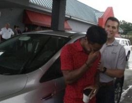 Chàng sinh viên được sếp tặng xe hơi vì đi bộ 32km đi làm