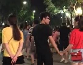 Cô gái gây tranh cãi mạng xã hội vì trò đùa nắm tay trai lạ trên phố