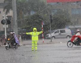 CSGT Hà Nội đội mưa điều tiết giao thông