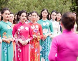 Thí sinh Hoa hậu Việt Nam về thăm làng Sen, nghe điệu hò Ví Giặm