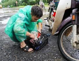 Thợ sửa xe máy kiếm bộn trong ngày mưa ngập ở Hà Nội