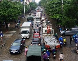 Hà Nội: Khốn đốn qua dòng nước trước cổng Bệnh viện K Tân Triều