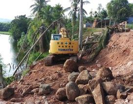 """Lo sông """"ngoạm làng"""", chính quyền khẩn cấp gia cố đoạn sạt lở!"""
