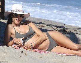 Alessandra Ambrosio sexy trên biển