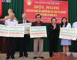 Chủ tịch Hội Khuyến học Việt Nam trao 600 triệu đồng học bổng đến học sinh nghèo