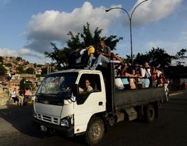 """""""Xe nhồi nhét người"""" ngày càng thịnh hành ở Venezuela"""