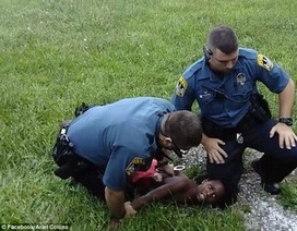 Dân mạng phẫn nộ với clip cậu bé 10 tuổi bị cảnh sát đè đầu xuống đất
