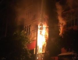 Quán karaoke 5 tầng bốc cháy dữ dội trong đêm