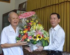 Chủ tịch Cần Thơ thăm hỏi, tặng quà nguyên Thuyền trưởng tàu không số
