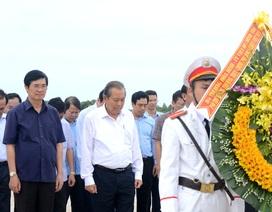 Phó Thủ tướng Trương Hòa Bình dâng hương tại Nghĩa trang liệt sĩ