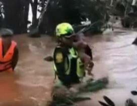 Đội cứu hộ Thái Lan giải cứu bé trai qua dòng lũ xiết ở Lào