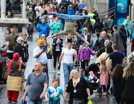 Quốc Cơ - Quốc Nghiệp gây náo loạn khi diễn xiếc trên đường phố Anh