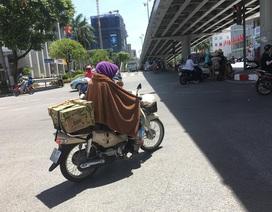 """Người Hà Nội """"trùm chăn"""" ra đường chống nắng nóng trên 40 độ C"""