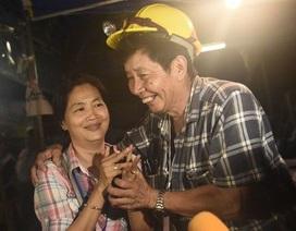 Người Thái vỡ òa hạnh phúc khi đội bóng mắc kẹt được tìm thấy còn sống