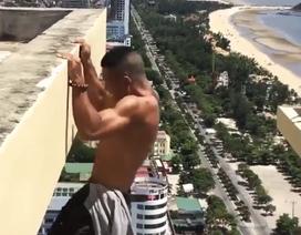 """""""Thót tim"""" xem clip nam thanh niên leo ra ngoài tầng thượng khách sạn... tập thể dục"""