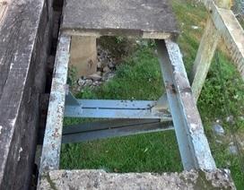"""Cầu """"há miệng"""" chờ người rơi xuống sông: Chi 2,5 tỷ đồng sửa chữa khẩn cấp"""