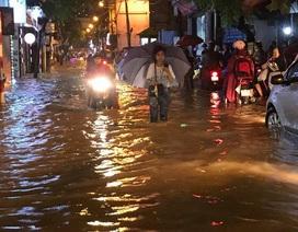 """Hà Nội: Đường phố """"chết cứng"""" trong cơn mưa lớn giờ tan tầm"""