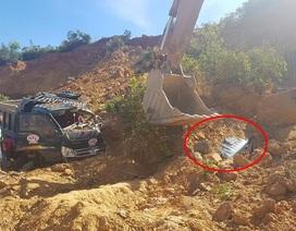 Sập mỏ đất vùi lấp hoàn toàn một xe tải, tài xế may mắn thoát chết