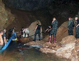 Hai bác sỹ Thái Lan tình nguyện ở trong hang cho đến khi đội bóng thoát ra ngoài