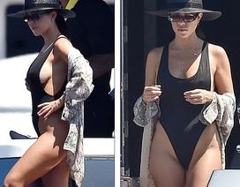 """Kourtney Kardashian: Ba con vẫn quyến rũ """"chết người""""!"""
