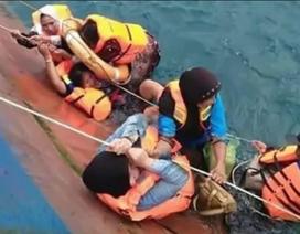 Hãi hùng cảnh hành khách bám víu vào phà đang chìm ngoài khơi Indonesia
