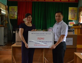 NXB Giáo dục Việt Nam tặng hàng trăm đầu sách cho học sinh vùng khó Hà Giang
