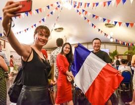 Cổ động viên Pháp tại Hà Nội phấn khích ăn mừng chiến thắng trước Uruguay