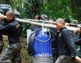 """Mưa đổ bộ, 220 người """"chạy đua"""" tìm cách cứu đội bóng Thái Lan từ trên cao"""
